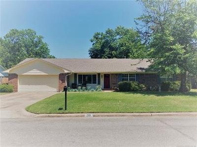 Muskogee Single Family Home For Sale: 210 Bel Aire Place
