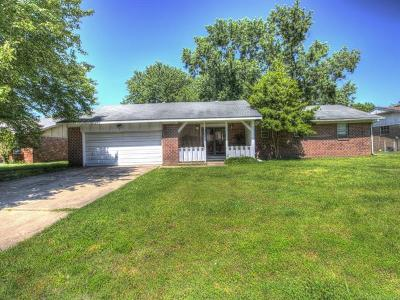 Pryor Single Family Home For Sale: 909 Colonial Drive