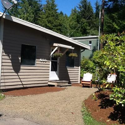 Depoe Bay Single Family Home For Sale: 655 SE Collins
