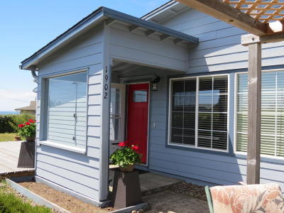 Waldport Single Family Home For Sale: 1902 NW Canoe St