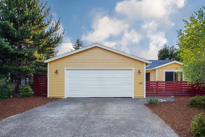 Waldport Single Family Home For Sale: 680 SE Bird Ave