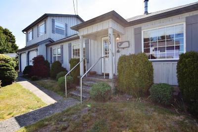Lincoln City Single Family Home For Sale: 223 SE Tide Ave