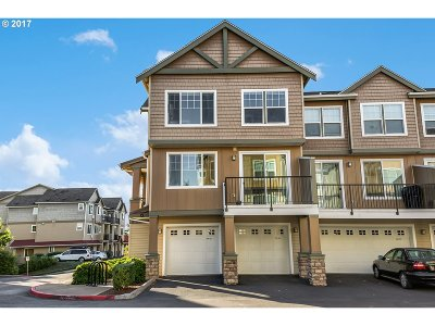 Condo/Townhouse For Sale: 660 NW Falling Waters Ln #101