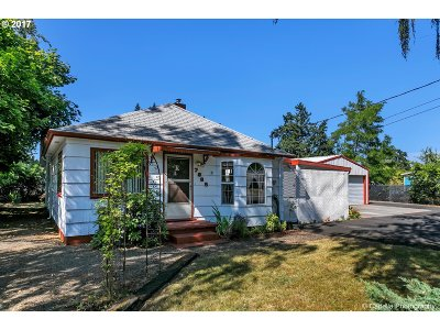 Milwaukie Single Family Home For Sale: 7885 SE Clackamas St