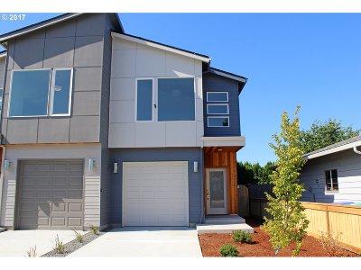 Single Family Home For Sale: 9299 SE Market St