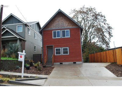 Milwaukie, Gladstone Single Family Home For Sale: 2716 SE Roswell St