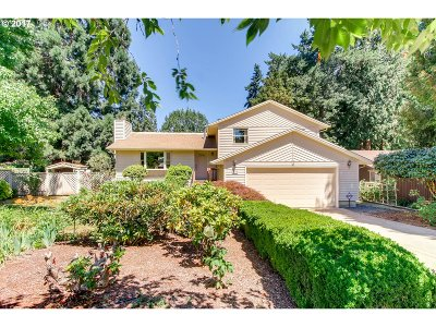 Milwaukie Single Family Home For Sale: 6175 SE Acorn Ct