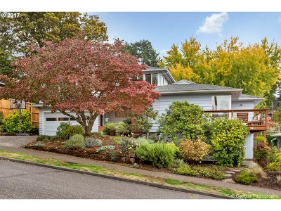 Portland Single Family Home For Sale: 6449 SW Loop Dr