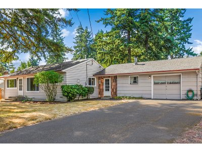 Portland Single Family Home For Sale: 2147 SE 142nd Ave