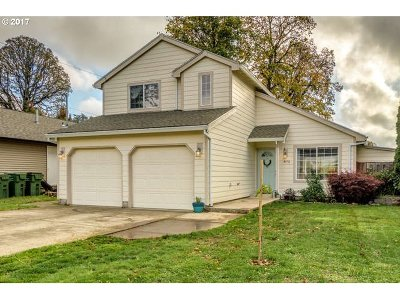 Single Family Home For Sale: 975 SE Maple St