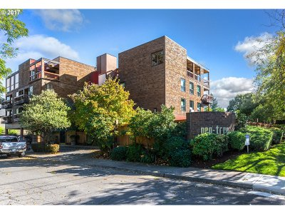 Lake Oswego Condo/Townhouse For Sale: 100 Leonard St #2-1