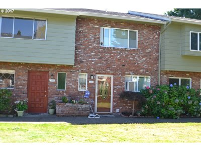 Gresham Condo/Townhouse For Sale: 2062 NE Hogan Dr #2062