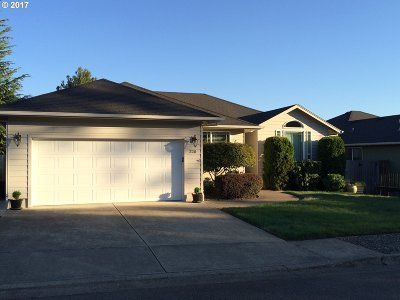 Winchester Single Family Home For Sale: 220 Village Dr
