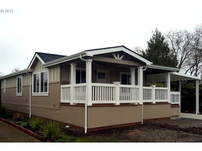 Eugene Single Family Home For Sale: 1400 Candlelight Dr #161