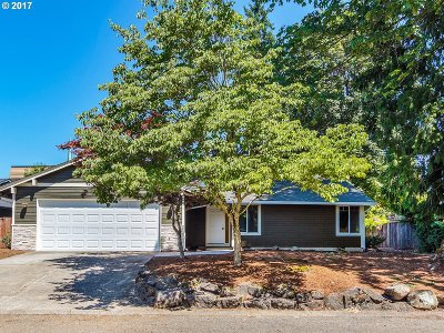 Milwaukie Single Family Home For Sale: 12143 SE Grove Loop