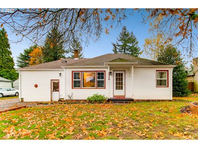 Portland Single Family Home For Sale: 2710 SE 165th Ave