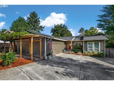 Milwaukie Single Family Home For Sale: 17560 SE Paradise Dr