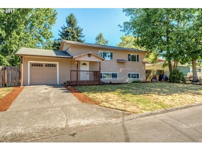 Milwaukie Single Family Home For Sale: 9405 SE Regents Dr