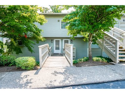 Lake Oswego Condo/Townhouse For Sale: 3433 McNary Pkwy #105