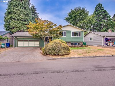 Milwaukie Single Family Home For Sale: 6506 SE Plum Dr