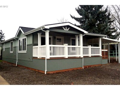 Eugene Single Family Home For Sale: 1400 Candlelight Dr #114