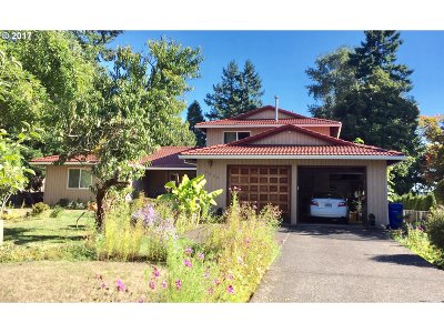 Milwaukie, Gladstone Single Family Home For Sale: 2820 SE Laurelwood Dr
