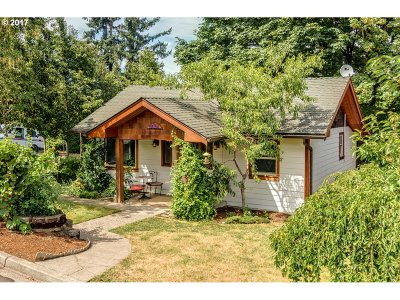 Milwaukie Single Family Home For Sale: 3305 SE Sellwood St
