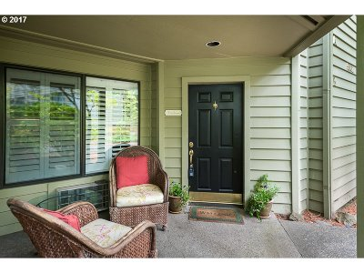 Lake Oswego Condo/Townhouse For Sale: 5061 Foothills Dr #B