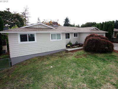 Milwaukie, Gladstone Single Family Home For Sale: 5460 SE Oakland Ave