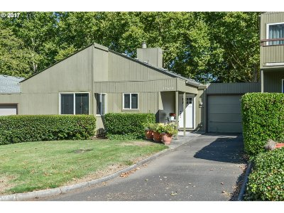 Beaverton, Aloha Condo/Townhouse For Sale: 17653 NW Rolling Hill Ln