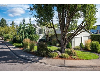 Milwaukie Single Family Home For Sale: 6321 SE Montgomery Dr