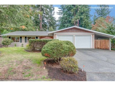Lake Oswego Single Family Home For Sale: 19240 Maree Ct