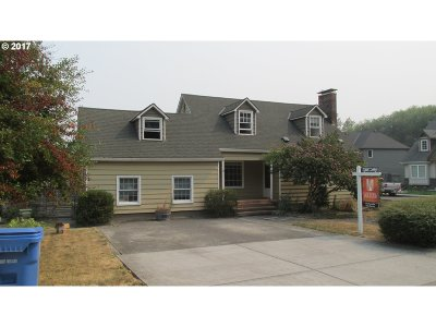 Milwaukie Single Family Home For Sale: 17322 SE Blanton St