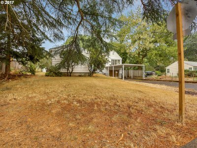 Milwaukie Single Family Home For Sale: 5108 SE Logus Rd