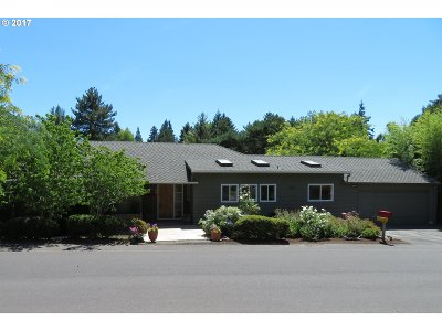 Portland Single Family Home For Sale: 8200 SW Parrway Dr