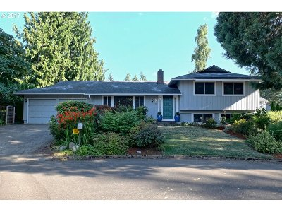 Portland Single Family Home For Sale: 8950 SW Crestwood St
