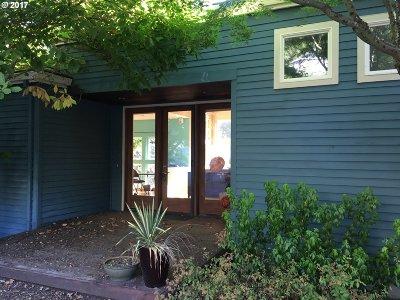 Portland Single Family Home For Sale: 233 SW Clara Mae Way