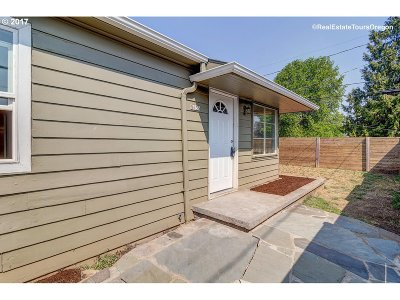 Single Family Home For Sale: 8635 SE Flavel St