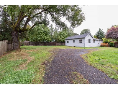 Milwaukie, Gladstone Single Family Home For Sale: 14124 SE Lee Ave
