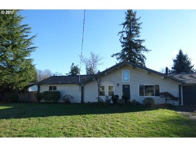 Milwaukie, Gladstone Single Family Home For Sale: 385 Beverly Ln