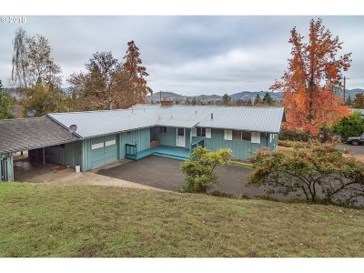 Roseburg Single Family Home For Sale: 2395 W Crestview Ave