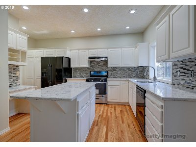 Portland Single Family Home For Sale: 11392 NW Kenzie Ln