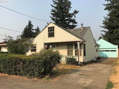 Milwaukie Single Family Home For Sale: 9711 SE 74th Ave