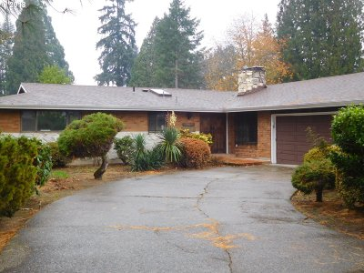 Milwaukie Single Family Home For Sale: 3015 SE Riviere Dr