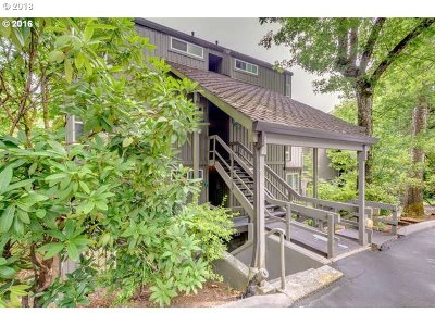Lake Oswego Condo/Townhouse For Sale: 100 Kerr Pkwy #11