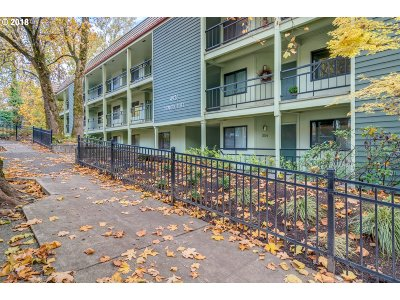 Condo/Townhouse For Sale: 4926 SW Corbett Ave #105