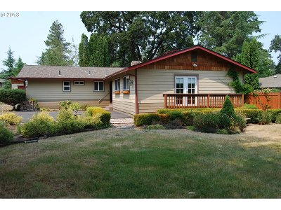 Roseburg Single Family Home For Sale: 10 North River Dr