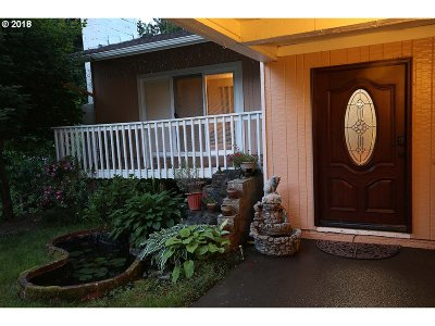 Milwaukie Single Family Home For Sale: 6090 SE Oetkin Rd