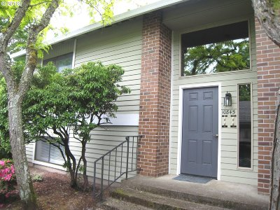 Tigard Condo/Townhouse For Sale: 10845 SW Meadowbrook Dr #44