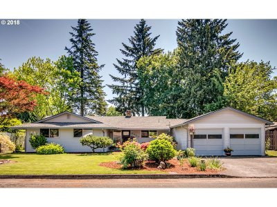 Milwaukie Single Family Home For Sale: 8430 SE Carnation St